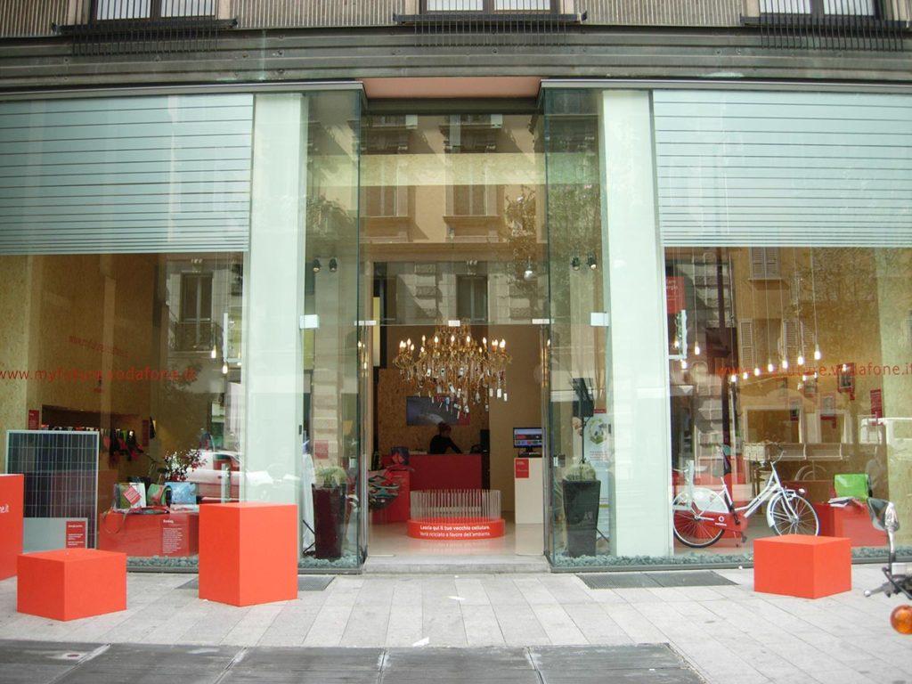 temporary-store-shop-milano-corso-garibaldi-evento-vodafone-pop-up-noleggio-telefonini-ecosolidale